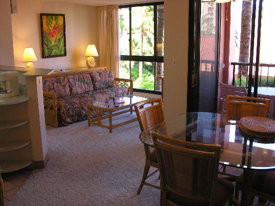 Kahana Falls: Sitting room and eating area
