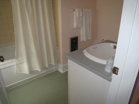 The Oaks Waterfront Inn and Events: Bathroom in room 21