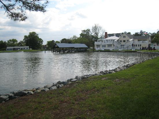 The Oaks Waterfront Inn and Events: View of Inn from ceremony location