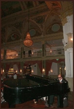 Grand Hotel Amrath Kurhaus The Hague Scheveningen: Singer @ Kurzaal