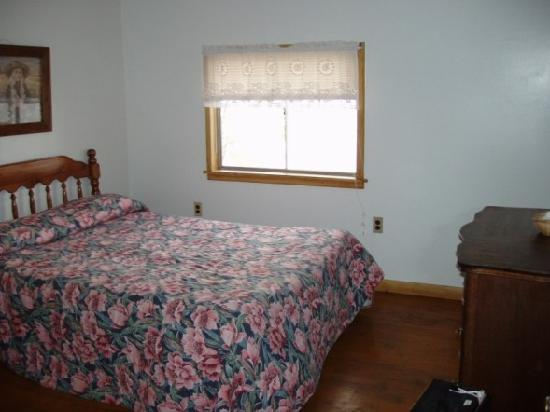 Lake N Pines Motel: cozy and clean bedroom with lake view