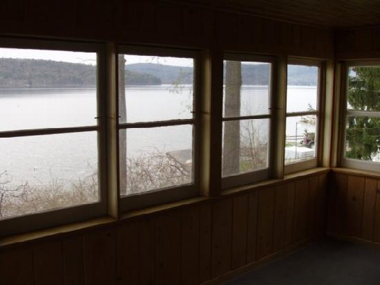 Lake N Pines Motel: sun porch with stunning views
