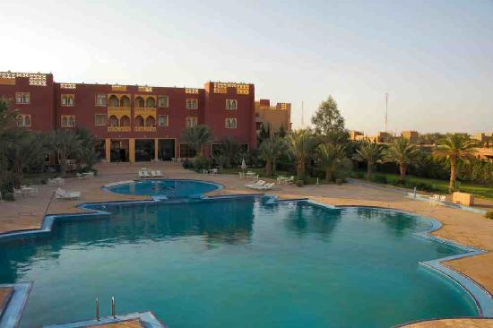 El Ati Hotel: pool area