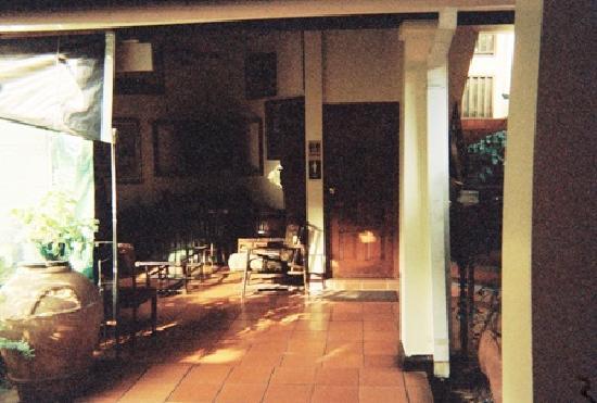 Alhambra Inn: Lush Lobby