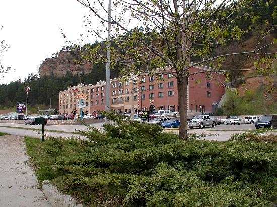 Cadillac Jack's Hotel & Suites: AmericInn Deadwood from across street