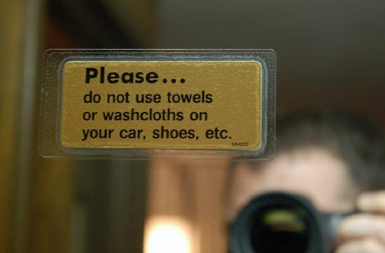 Black Angus Motel: Amusing sign in the bathroom