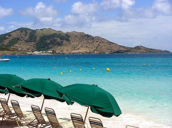 Hotel La Plantation: Plage : parasols à Orient Bay