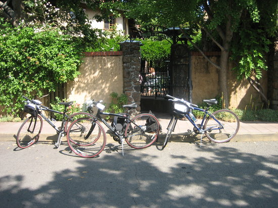 Napa Valley Bike Tours : Our Bikes outside our hotel.
