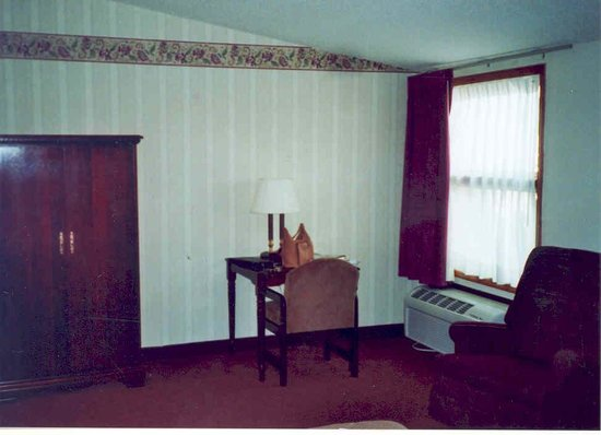 BEST WESTERN Center Pointe Inn: Armoire and recliner included!