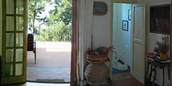 il soggiorno: a destra la scala a chiocciola che scende in cucina ...