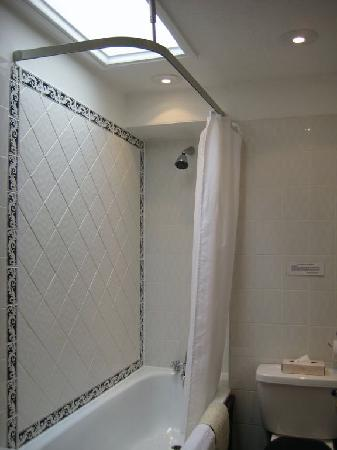 London Lodge Hotel: Tub/shower in room #43