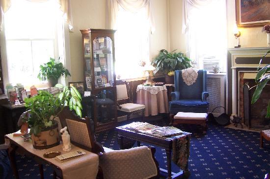 Cashtown Inn: downstairs living room