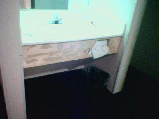Motel 6 Omaha: The front of the sink - yuck
