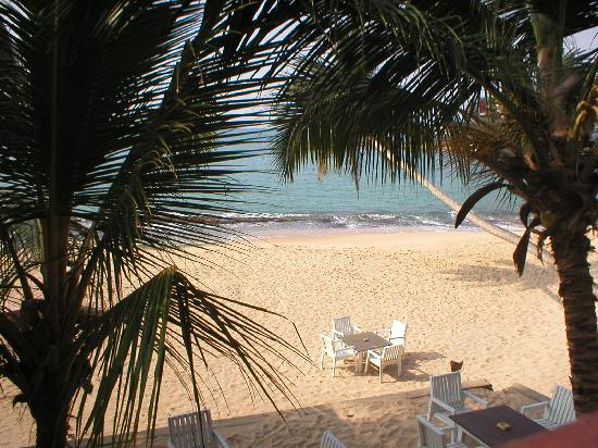 Тангалле, Шри-Ланка: Beach view from Chalet guest room, Tangalla