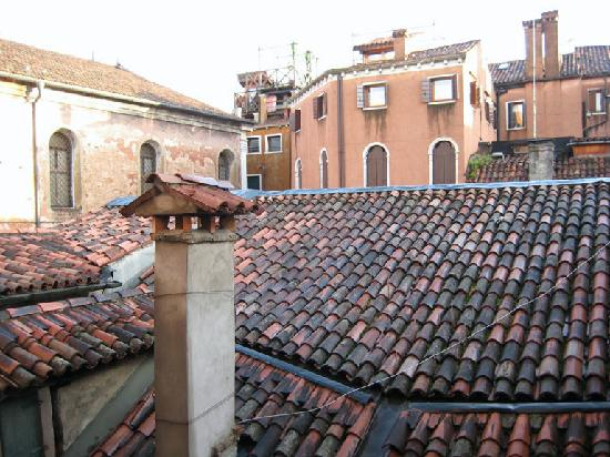 Hotel San Zulian: Room 107, view from windows