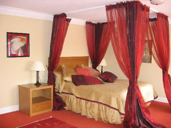 Celtic Royal Hotel: Bed