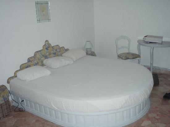 Jamaica Palace Hotel: Bed in room (nice shape!)