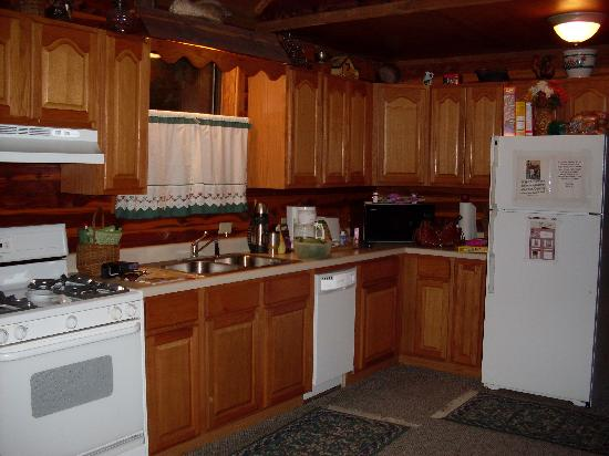 Tall Pine Horse Resort: kitchen