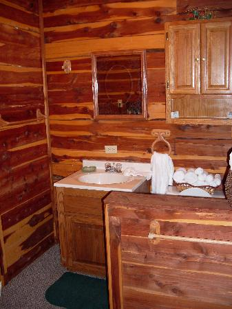 Tall Pine Horse Resort: bathroom