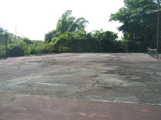 Mariners Negril Beach Club: So called Tennis court