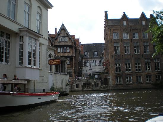 Relais Bourgondisch Cruyce - Luxe Worldwide Hotel: Hotel terrace from canal tour boat