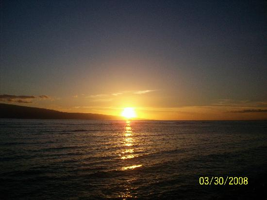 Menehune Shores: Sunset over Lahaina Harbor-we had just had dinner at Bubba Gump's