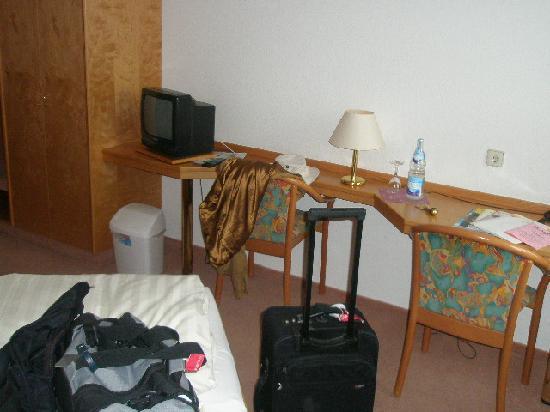 Hotel Restaurant Linde : Room 102 desk