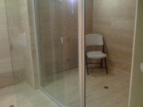 The Hotel Caracas: Room 310 - Steam room