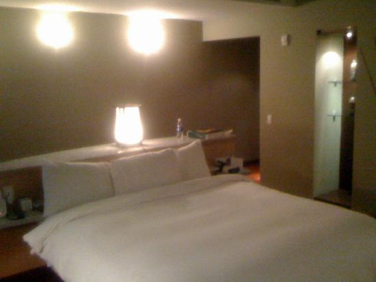 The Hotel Caracas: Room 310 - Bed