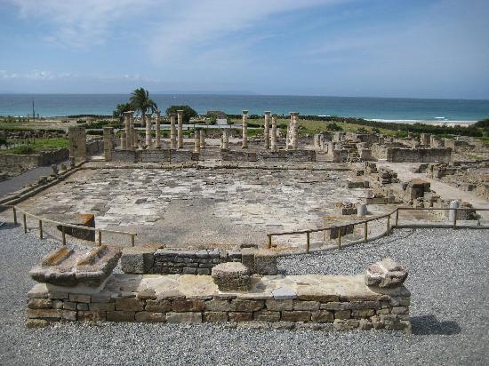 Hostal La Hormiga Voladora: Roman ruins just a 5 minute walk down the beach