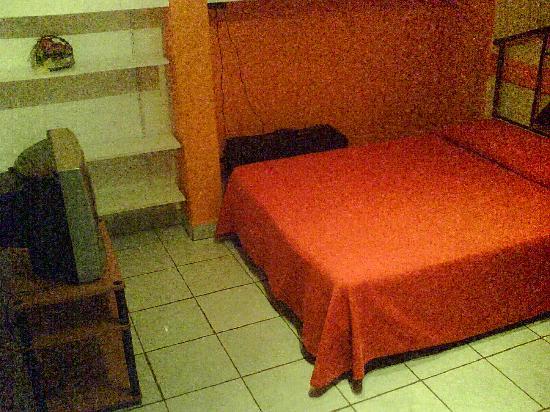 Hotel La Pyramide: A room