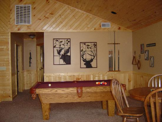 Paradise Landing Resort : cabin #9 game room