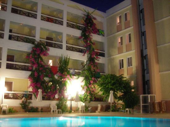 Heronissos Hotel: l'hôtel le soir