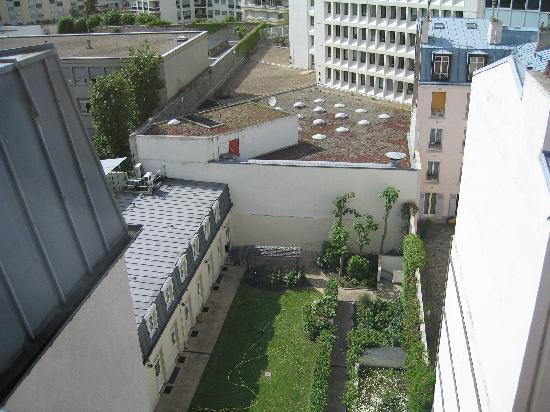 Ibis Paris Gare de Lyon Ledru Rollin 12ème : View from room - note courtyard
