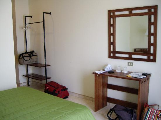 Hotel La Fortuna: The Room Has Few Furniture (no Chairs).