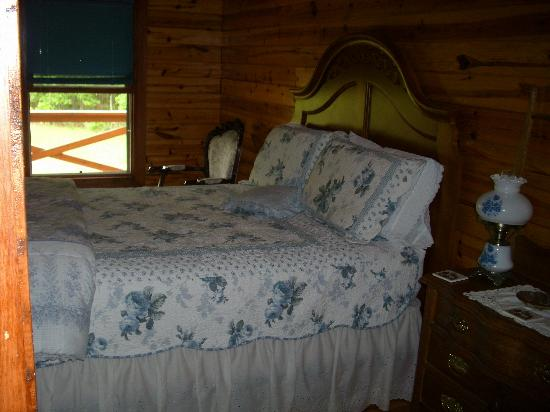 Fair Winds Cabins: Clean comfortable beds!