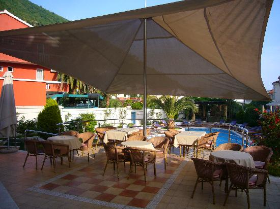 Hotel Max Prestige: Outdoor eating area