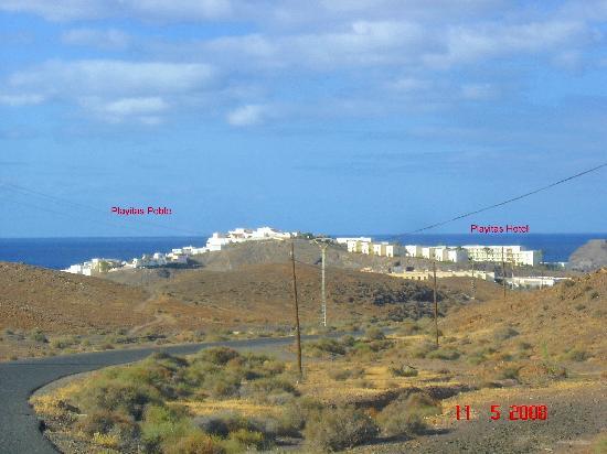 Playitas Hotel: Derecha el pueblo, izquierda el complejo hotelero