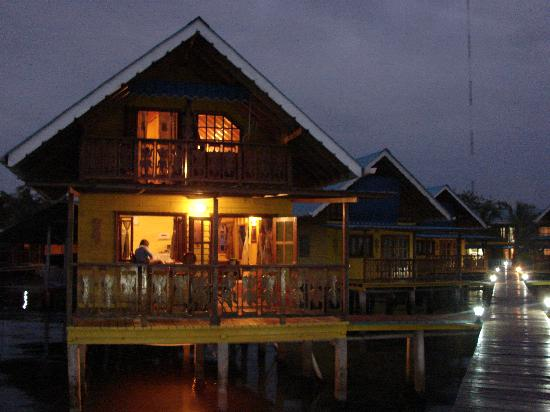 Koko Resort: cabanas en la noche