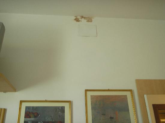 moisissure au mur picture of artua solferino turin tripadvisor. Black Bedroom Furniture Sets. Home Design Ideas
