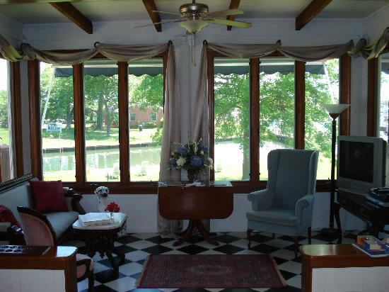 Aida's Victoriana Inn: Relaxing parlor