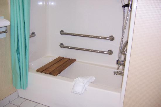 Comfort Inn & Suites: bath tub