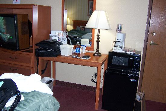 Comfort Inn & Suites: desk, microwave, fridge