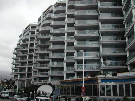 Hipocampos Apartments: View of the apartments from the beach
