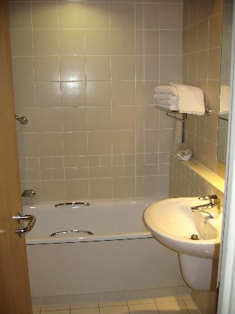 The Red Lion Hotel: Bathroom
