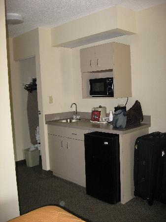 Comfort Inn & Suites at Dollywood Lane: Sink, fridge, & microwave area - very handy when staying with kids!