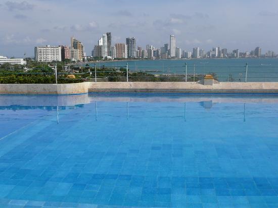 Charleston Cartagena Hotel Santa Teresa: Rooftop infinity pool, view of Bocagrande