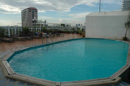 Cha-Da Beach Resort & Spa: the roof pool - not big but adequate for cooling off