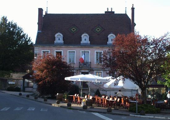 Le Bourguignon : Main Square