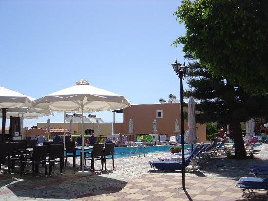 Sunrise Apartments : Veiw of pool